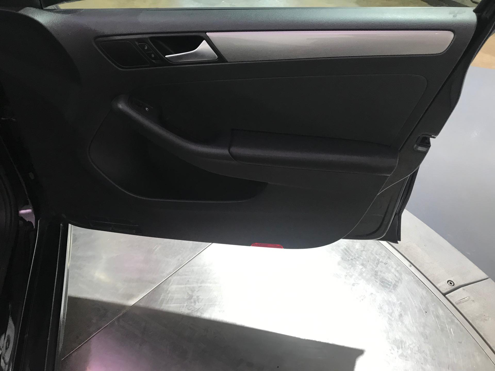 Used-2015-Volkswagen-Jetta-SE-PZEV-FWD